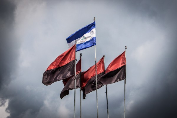 National- und Sandinista-Flagge