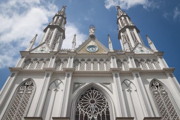 Außerhalb der Altstadt gibt es wenige schöne Gebäude. Hier eine Kirche mitten im Bankenviertel.