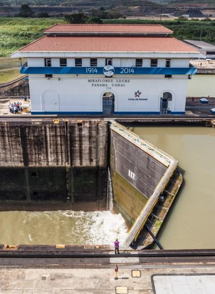 Der Panamakanal verbindet den Pazifik mit dem Atlantik. Hier Schleuse 1 des Panamakanals, Höhenunterschied ca. 18 m.