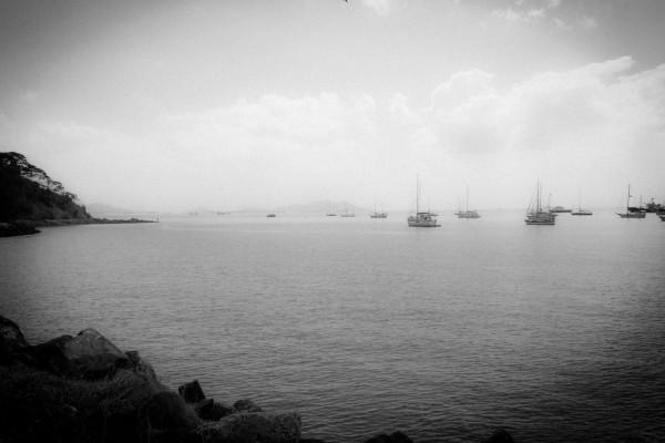 Nach den traditionellen Regeln der Panama Kanal Behörde, erfolgt die Durchfahrt der Schiffe in der Reihenfolge der Ankunft. Somit entstehen Warteschlangen vor dem Kanal. Hier die Segelboote, weiter draußen die Containerschiffe und andere Ozeanriesen.