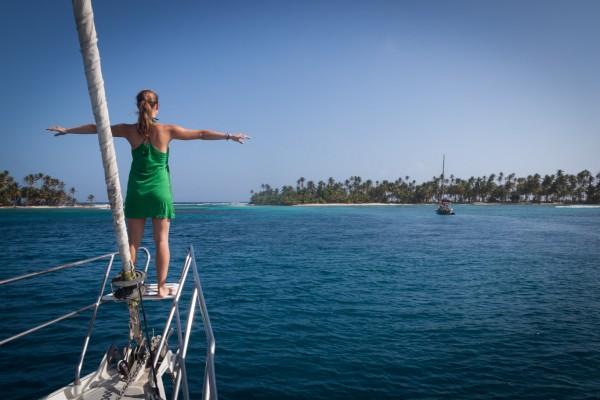 Das San Blas Archipel besteht aus 365 traumhaften Inseln und wird von etwa 25.000 Kuna, einer indigenen Ethnie Panamas, bewohnt und selbst verwaltet.  So weit das Auge reicht reihen sich die Inseln entlang der panamaischen Karibikküste bis hin zur kolumbianischen Grenze. Das perfekte Gebiet für einen Segeltörn!