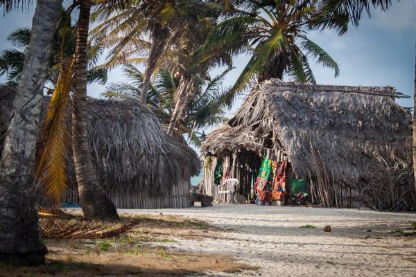 Ein isoliertes Kuna-Dorf. Die Kuna leben vom Tourismus, Verkauf von Molas (Stoffarbeiten, im Hintergrund zu sehen) und Fischfang.