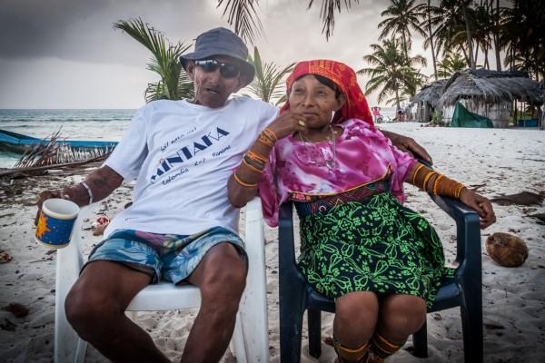 Jede Kuna Dorfgemeinschaft hat ein Oberhaupt (hier im Bild mit seiner Frau). Niemand darf ohne seine Erlaubnis vor der Insel ankern. Unser Kapitän Manfred bringt bei jedem Besuch einige Zuwendungen mit. Heute war es eine Packungen Kaffee vom Festland.