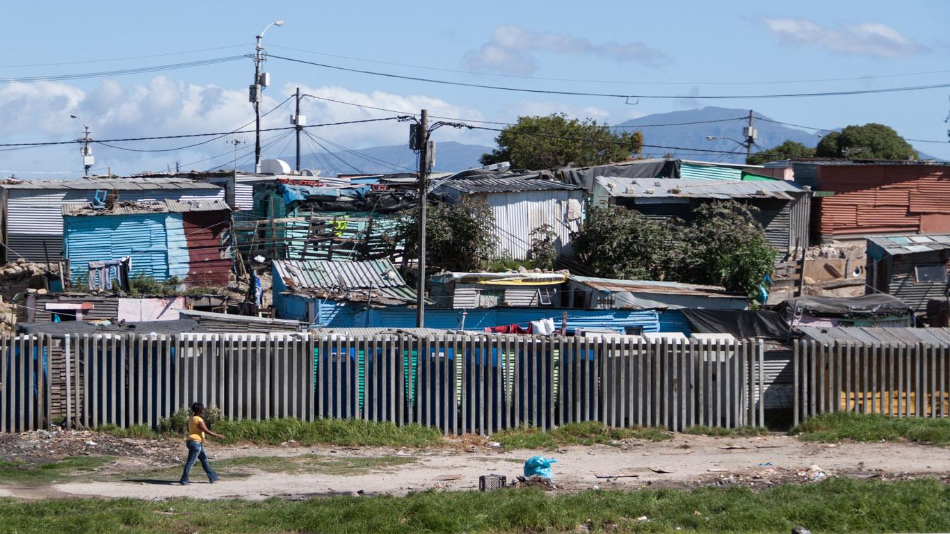Wenn man nach Kapstadt hineinfährt, wird man erstmal mit der prekären Wohnsituation der (schwarzen) Townships konfrontiert…