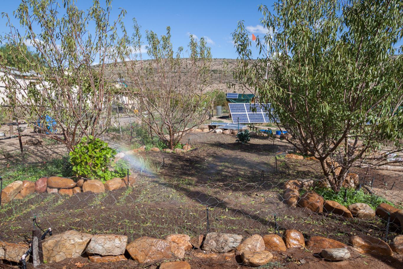 … Beete mit Bewässerung ausgestattet sowie unendlich viel gepflanzt. Die Farm war übrigens dank Solarpanelen und Windkraft komplett autark.